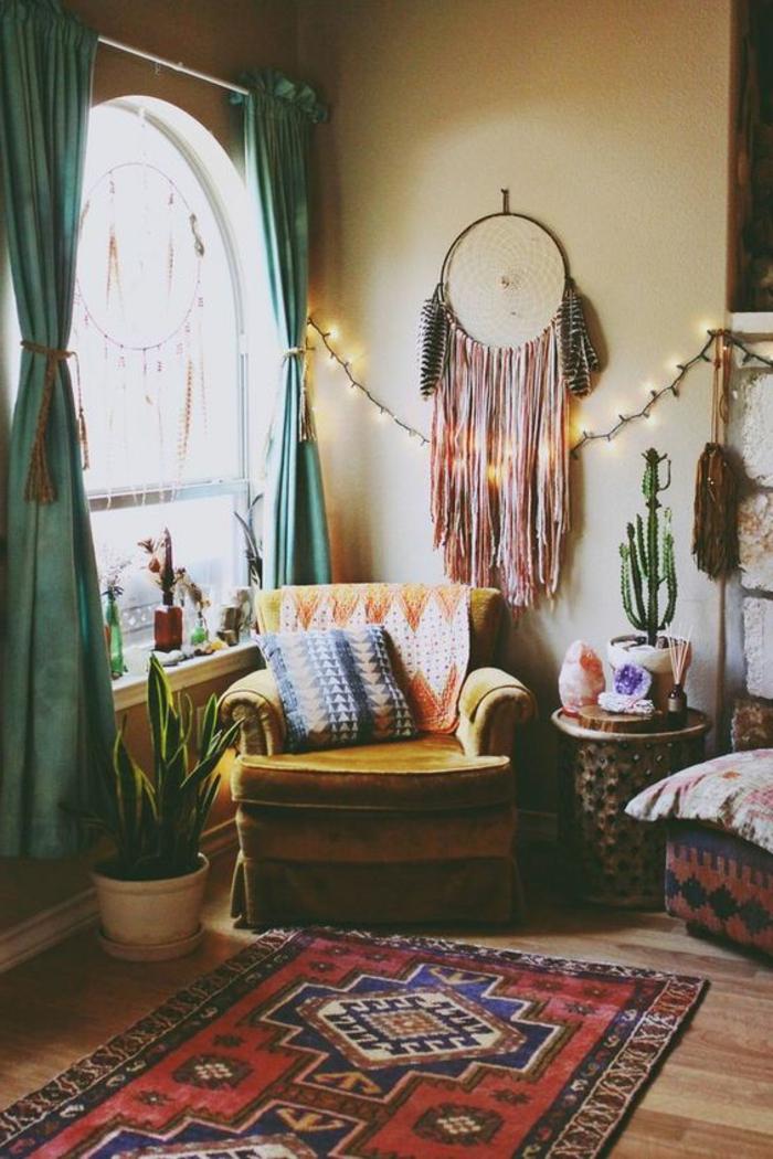 tapis ethno motifs aztèques, fauteuil jaune, attrape-rêve, guirlande lumineuse,