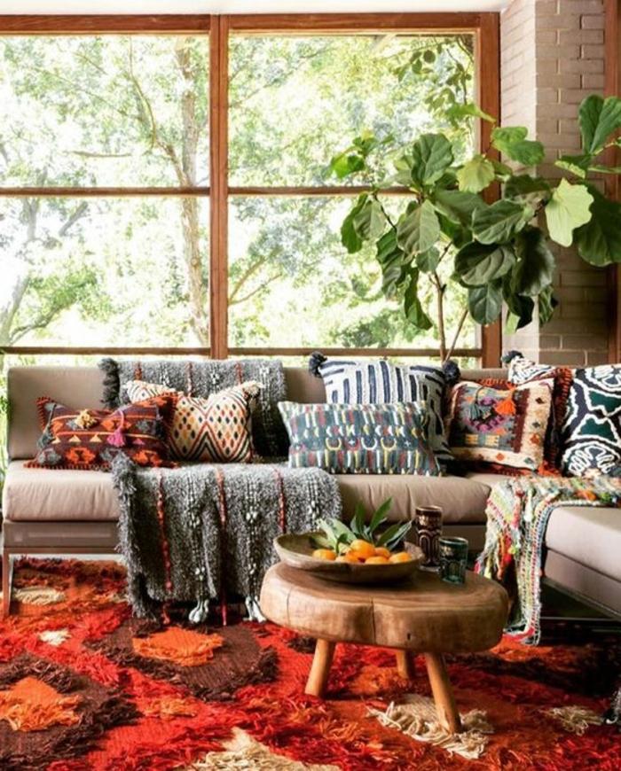 motifs aztèques, tapis moelleux, petite table en bois, plaid gris et coussins