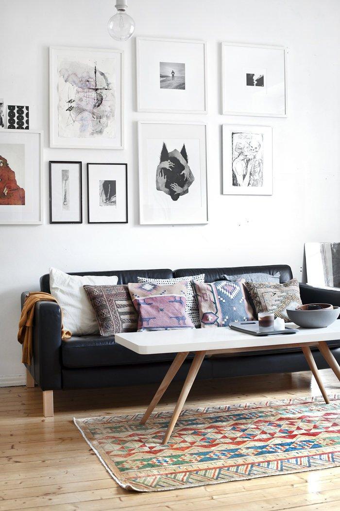 salon qui mixe la déco scandinave et l'influence ethnique, jolie galerie murale en imprimés noir et blanc