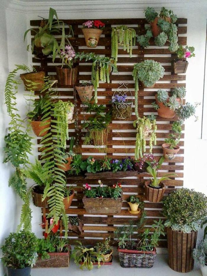 mur vegetal palette, rangement pour pots de fleurs, plantes de genres divers, plantes tombantes, decoration interieure salon