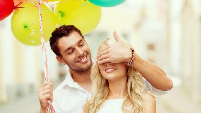 idee cadeaux, comment faire une surprise, ballons gonflés, couple, sourire femme, robe blanche