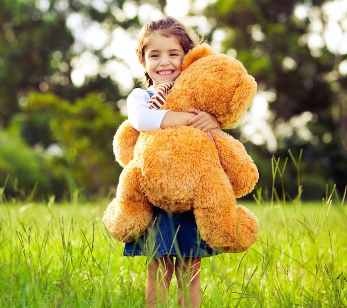 cadeau personnalisé, fille dans la nature, comment surprendre un enfant, quel cadeau choisir, ours en peluche