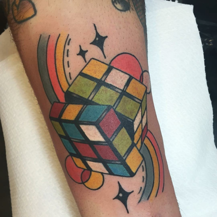 Tatouage old school femme tatouage as de pique cube de rubbik