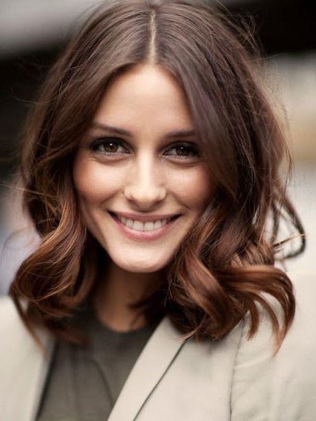 modele coupe de cheveux féminine avec des ondulations flou, carré plongeant ondulé pour un look rétro