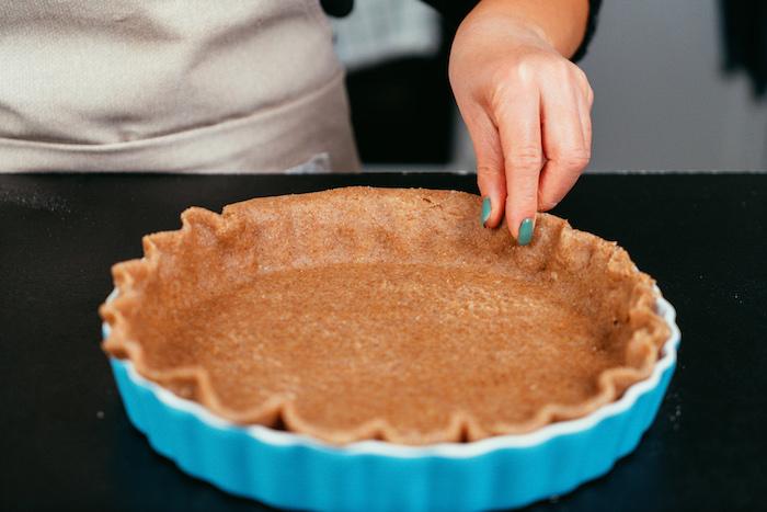 ourler la pâte à pâtisserie sans gluten, recette tarte aux pommes facile a faire soi meme pour faire un dessert équilibré simple