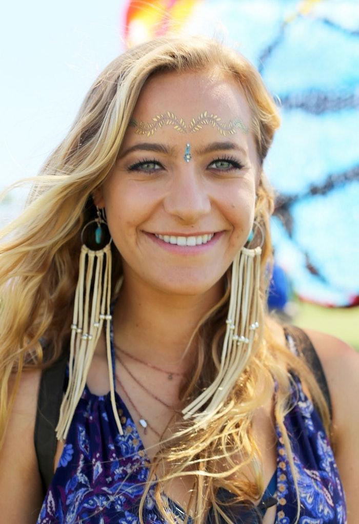 deguisement femme hippie, collier ethnique, boucles d'oreilles en cordes, maquillage carnaval, cheveux blonds