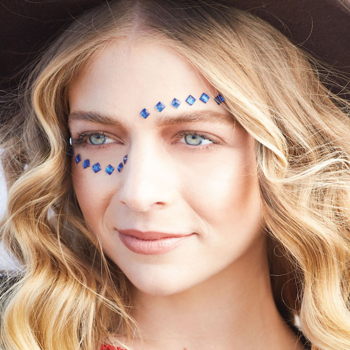 maquillage hippie, chapeau hippie, yeux verts, coloration californienne, maquillage de fete
