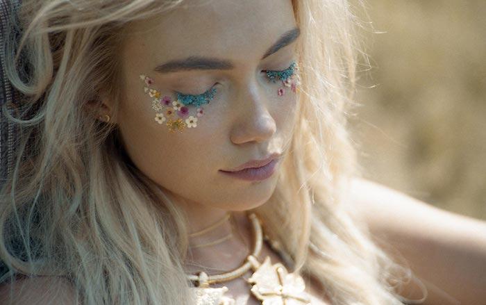 maquillage yeux, faux cils avec bijoux en motifs floraux, fleurs sous les  yeux,