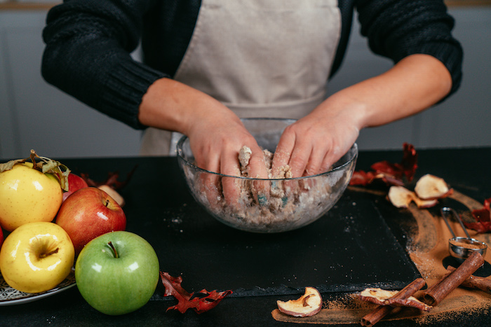 pétrir la pâte dans le bol pour faire tarte aux pommes facile, idée de recette diététique de dessert