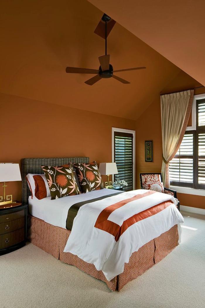 une chambre à coucher romantique terre de sienne brûlé d'esprit tropical, tête de lit en vannerie