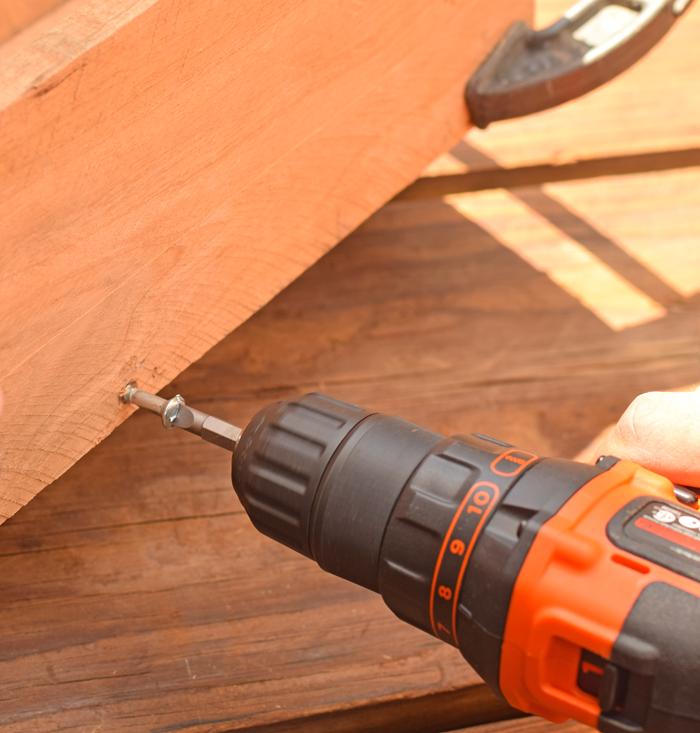 insérer des vis à bois dans les planches en bois à l'aide d une perceuse, idée de bac a fleur en palette à faire soi meme