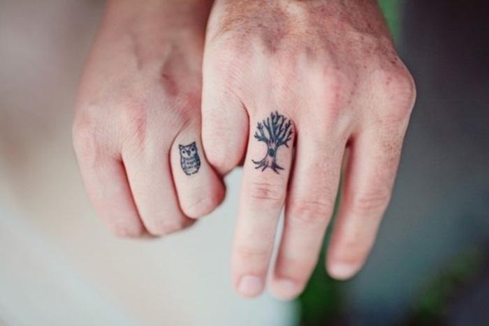 petit tatouage couple pour lui et pour elle, dessin graphique noir arbre et hibou