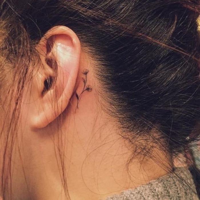 idée de petit tatouage femme derrière l oreille, une fleur aux contours noirs, dessin élégant