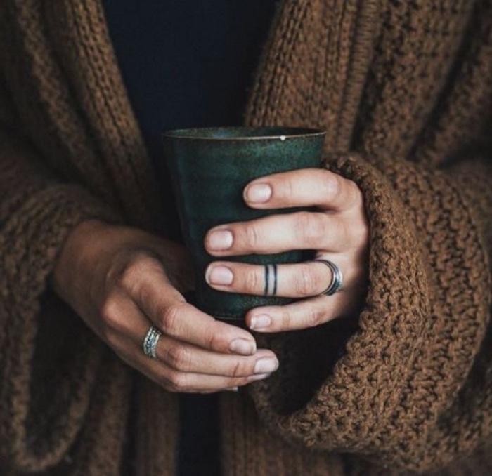 petit tatouage homme femme, design minimaliste, deux bandes noires sur le doigt, phalange