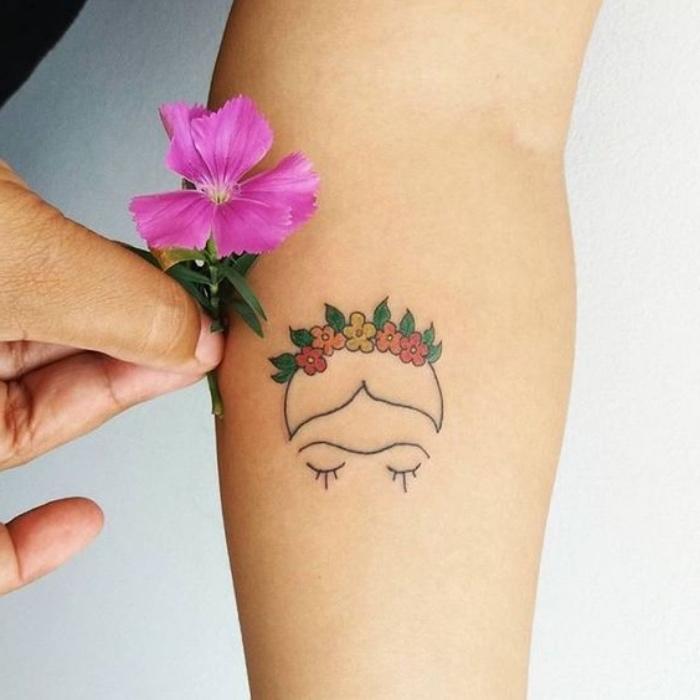 petit tatouage femme, dessin tête de femme avec couronne de fleur multicolores sur le cheveux
