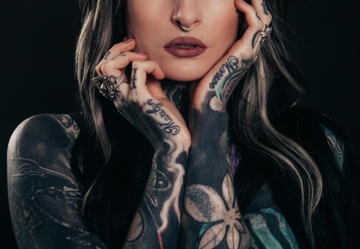 Un tatouage prenoms entrelacés tatouage ecriture flanc manche entiere sur la main