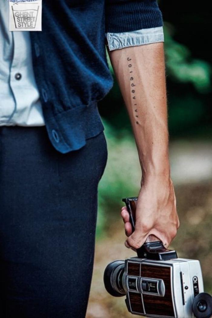 idée de petit tatouage homme, style minimaliste, dessin lettres noires, joie de vivre