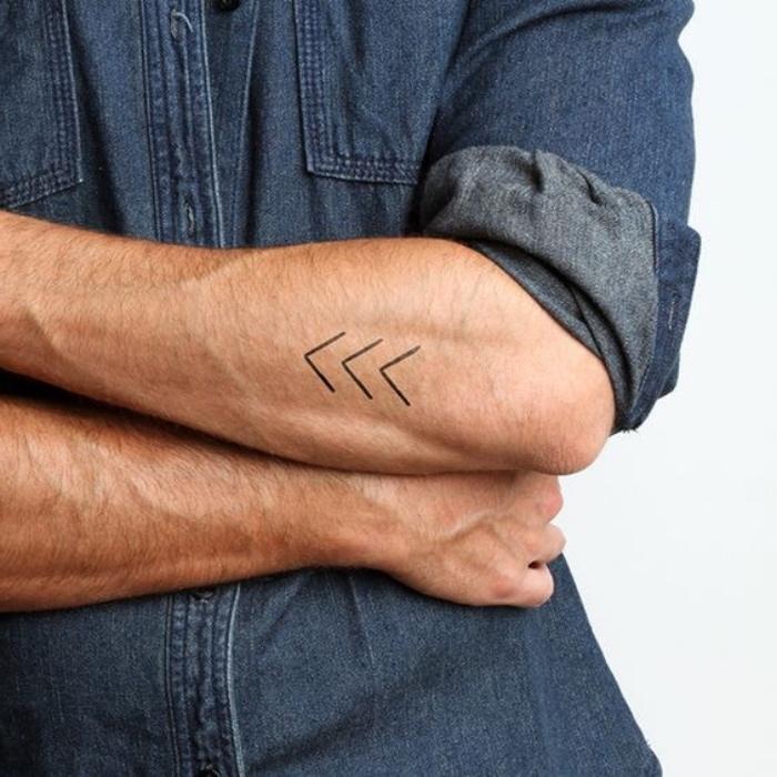 modèle de petit tatouage homme bras, grandes flèches noires, style tribal