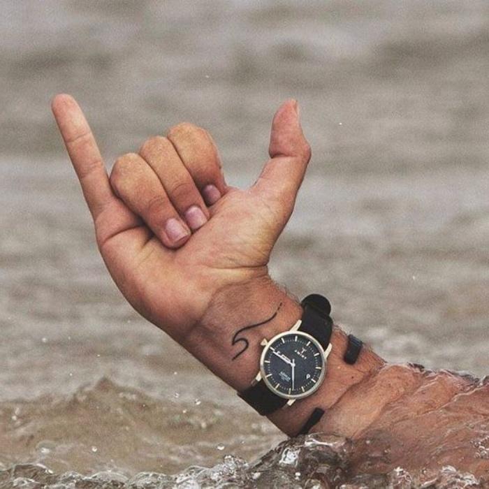 petit tatouage homme, flot de mer, vague pour les amateurs de la nage, tattoo minimaliste pour lui