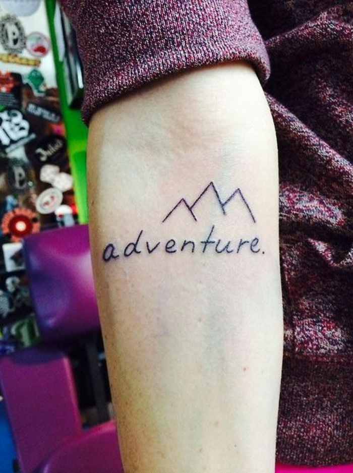 petit tatouage minimaiste, trois cimes de montagne et script tatoué, un simple tatouage