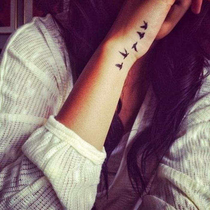 petit tatouage bras poignet, oiseaux en volée, silhouettes d oiseaux noires en vol
