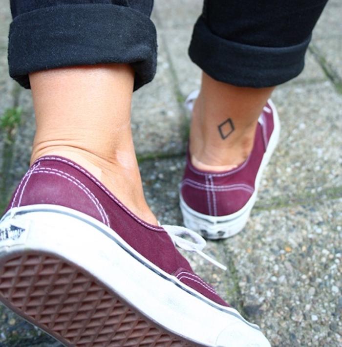 petit tatouage cheville minimaliste tattoo trapeze arriere pied