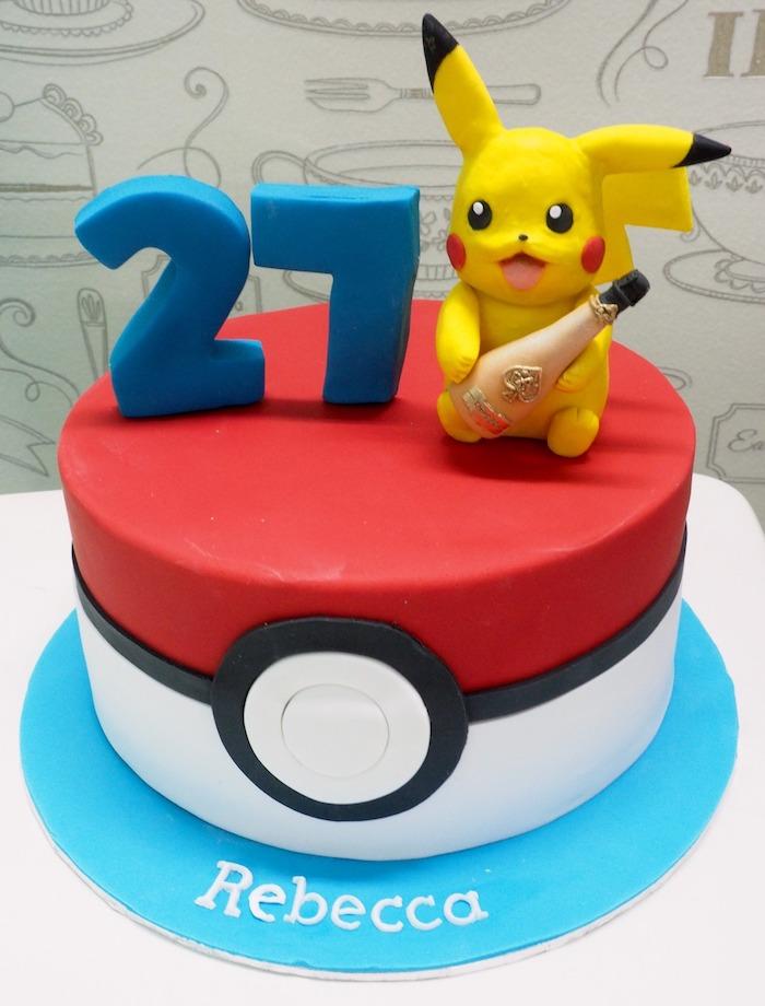 anniversaire theme pokemon, surprise anniversaire, pikachu mignon, figurine en pâte d'amande jaune