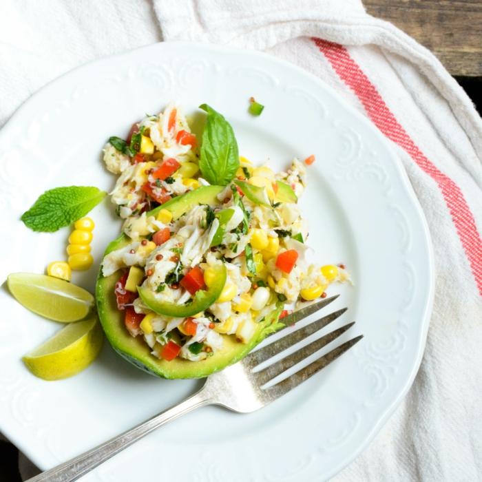 comment manger équilibré, assiette plate, avocat, citron, mais, manger sainement, légumes, recette saine
