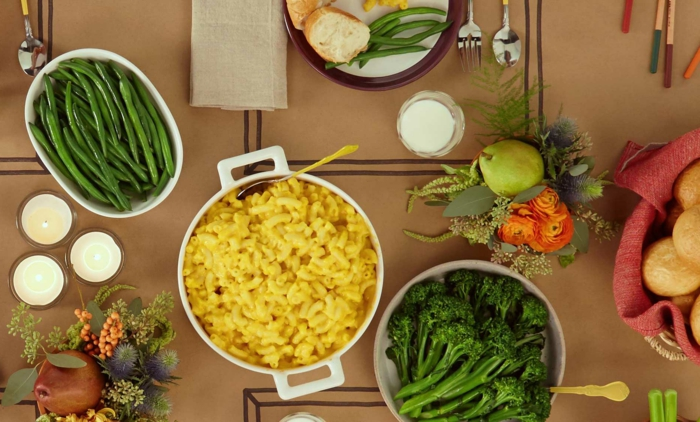 manger sainement, recette diner, brocolis, légumes, spaghettie, serviette beige, casserole, bougies, menu équilibré