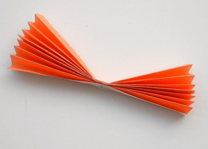 plier en deux et agrafer les bouts de papier en accordéon, activités manuelles pour enfants, bricolage facile et rapide