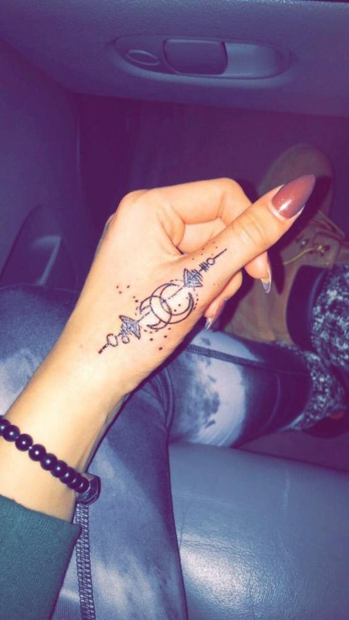 Fantastique tatouage pour femme tatouages femme tatouage sur la main lunes cool idée