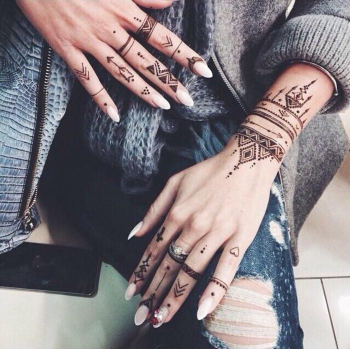 Manucure mignon main henné tatouage noir tribal sign