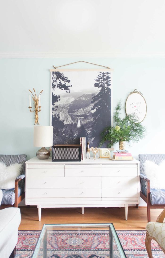 un poster xxl paysage en noir et blanc accroché au mur, salon au style vintage aux tons claires