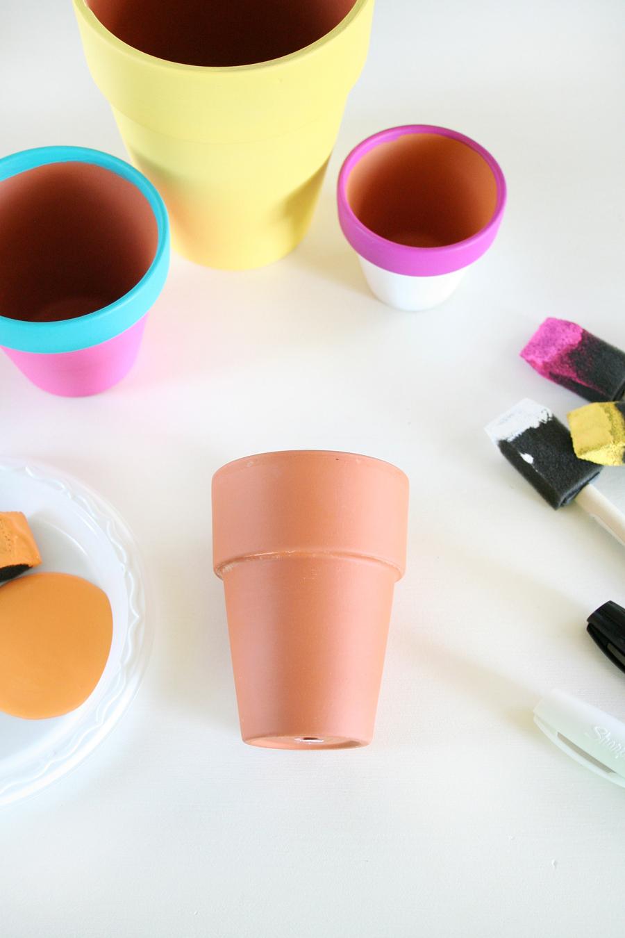 fabriquer un diy pot de fleur soi meme, des pots en terre cuite customisés à la peinture acrylique, motif fruit tropical, activité créative adulte