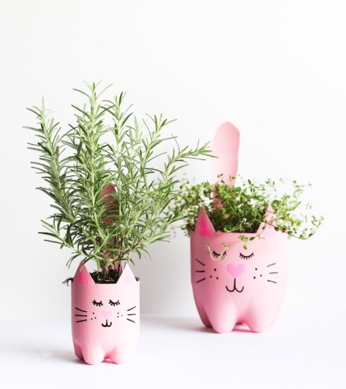 idée que faire avec des bouteilles en plastique, pots de fleurs, motif tête de chat rose, bonhommes mignons, planter des fine herbes, bricolage facile