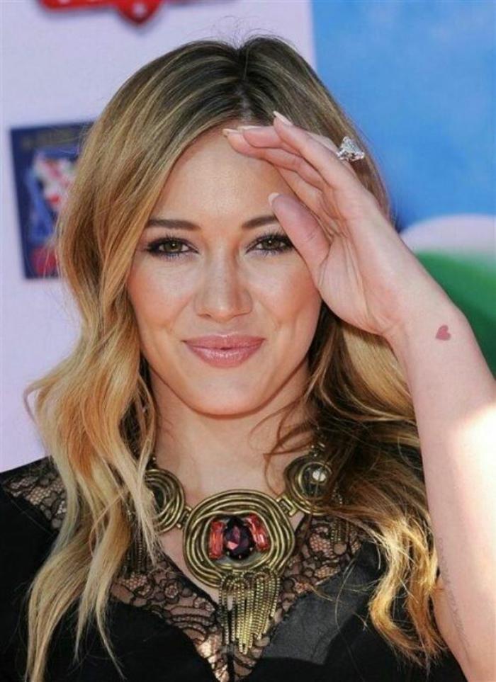 Hilary Duff petit coeur sur la main tatouage rouge coeur minuscule