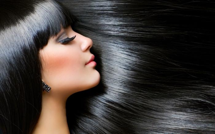 couleur de cheveux, boucles d'oreilles noires, faux cils, lèvres rose, quelle couleur de cheveux choisir