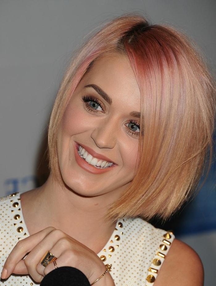 comment choisir sa couleur de cheveux, Katy Perry, coupe carré, mèches rose, cheveux blonds, yeux bleus
