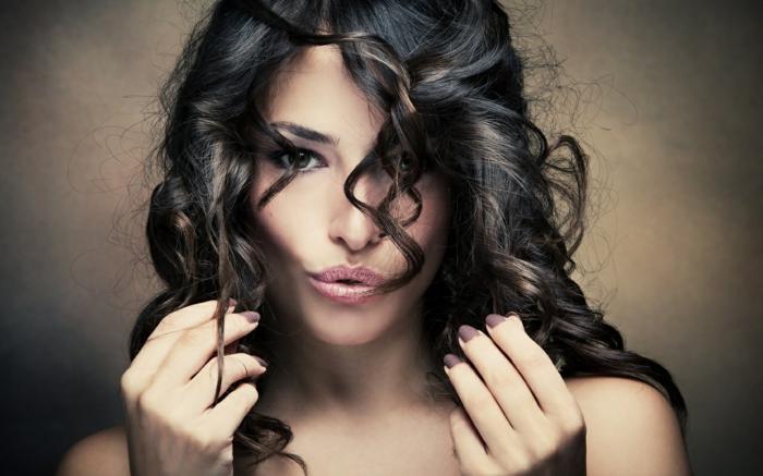 comment choisir sa couleur de cheveux, yeux foncés, cheveux boucles, idée couleur cheveux, lèvres rose