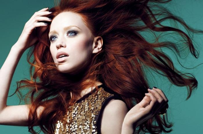 comment choisir sa couleur de cheveux, manucure foncée, robe en paillette, yeux bleus, cheveux cuivrés, idée couleur cheveux