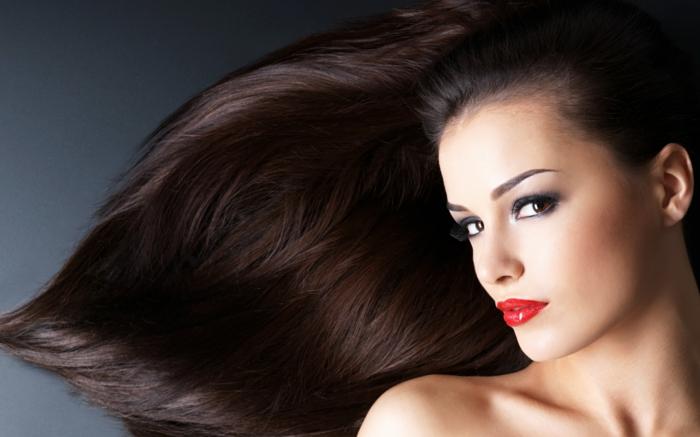 comment choisir sa couleur de cheveux, lèvres rouge, cheveux longs, cheveux marron, fard à paupières noir