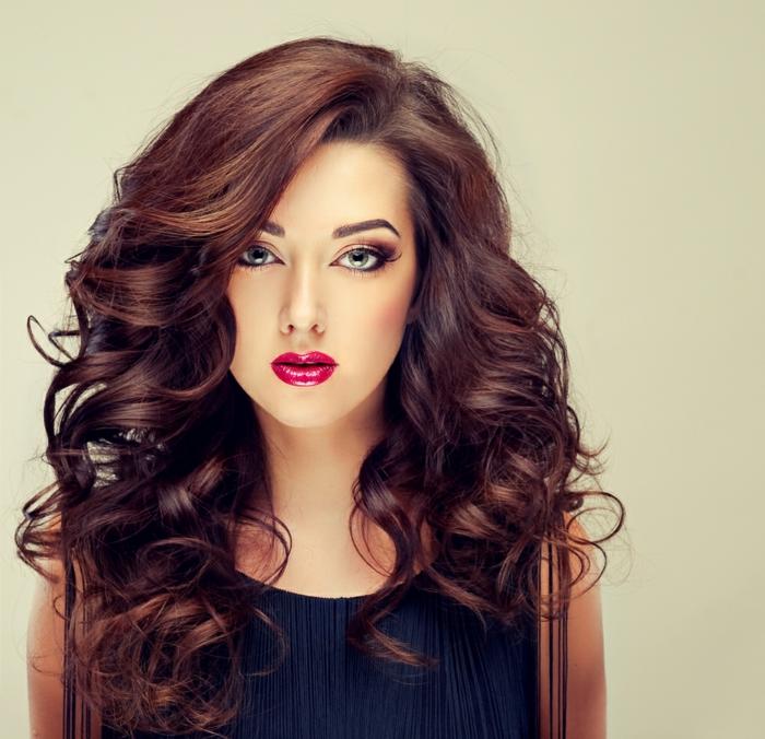 comment choisir sa couleur de cheveux, robe avec franges, lèvres rouge, coiffure avec boucles, idée couleur cheveux