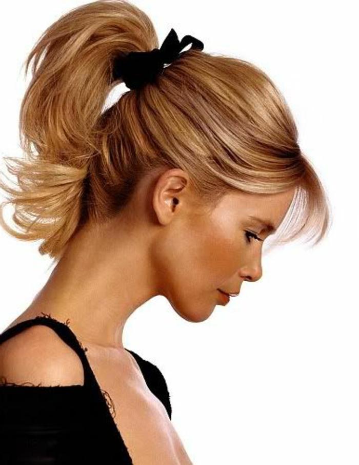 queu de cheval, frange fine et ponytail haut, ruban noir, Claudia Shiffer