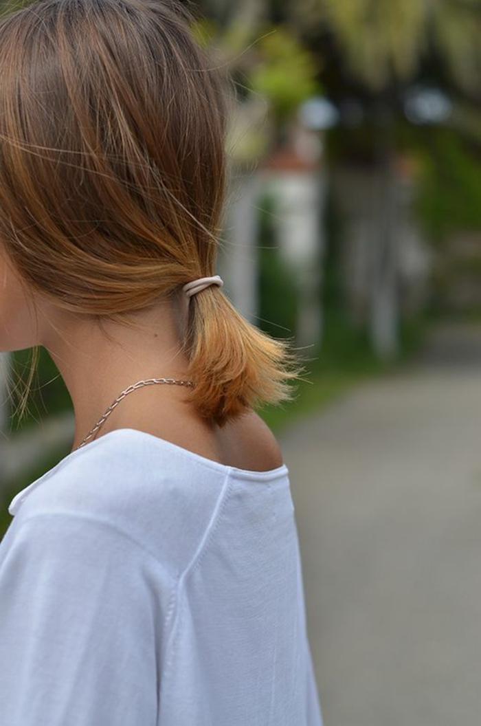 queue de cheval, ponytail bas fixé avec un élastique, cheveux lisses rousses