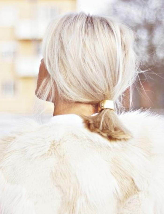queue de cheval, coiffure accessoirisée avec un anneau de cheveux doré