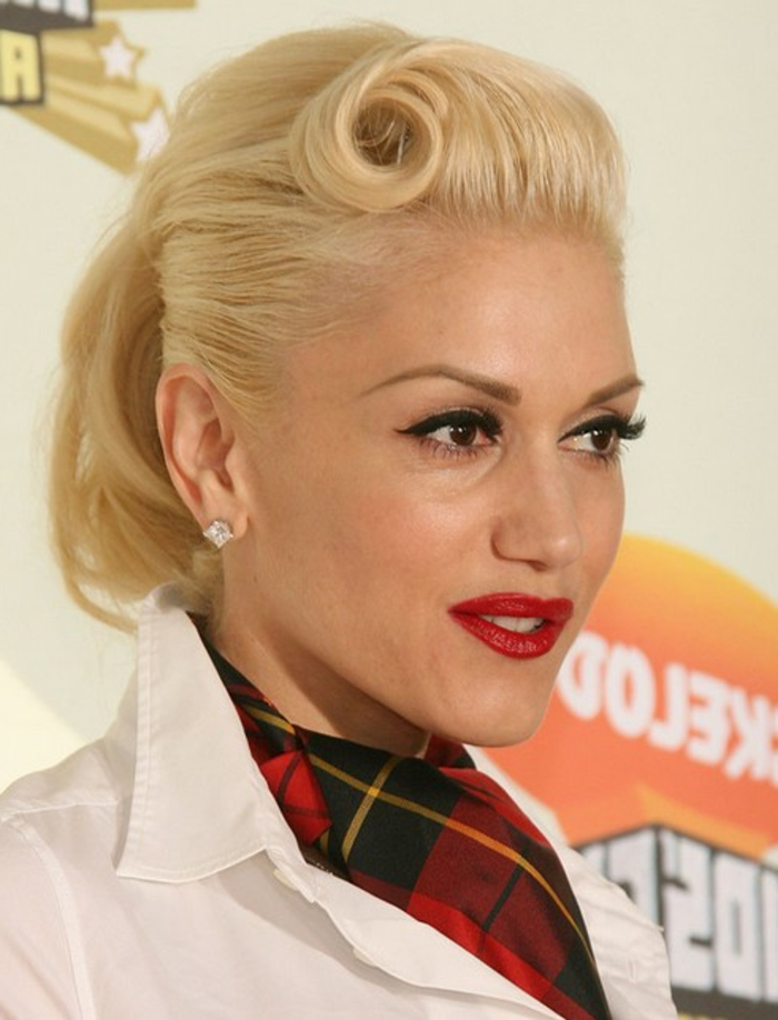 queue de cheval cheveux courts, style rockabilly et Gwen Stefany, une blonde