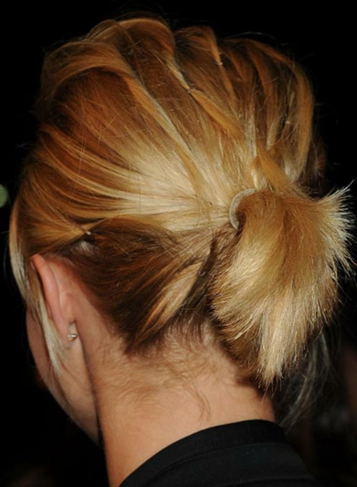 queue de cheval pour cheveux courts, plusieurs mèches attachées avec des pinces et un petit ponytail