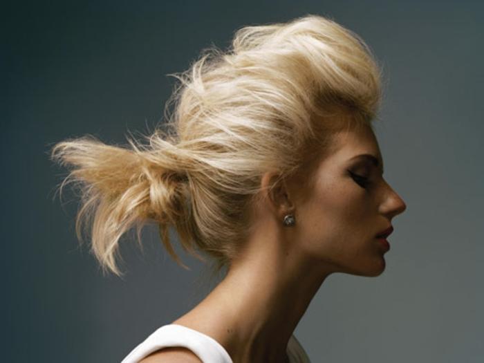 queue de cheval pour cheveux courts, cheveux blonds, coiffure extravagante avec volume