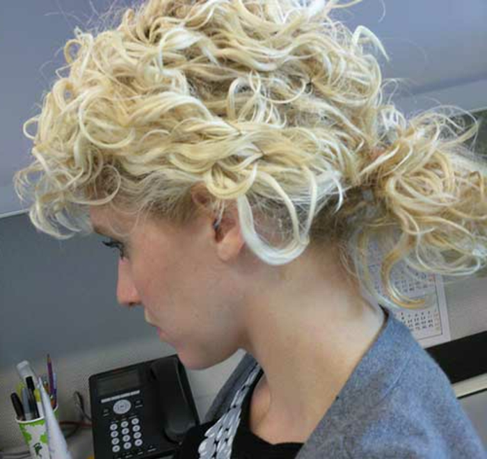 queue de cheval pour cheveux courts, carré bouclé cheveux blonds