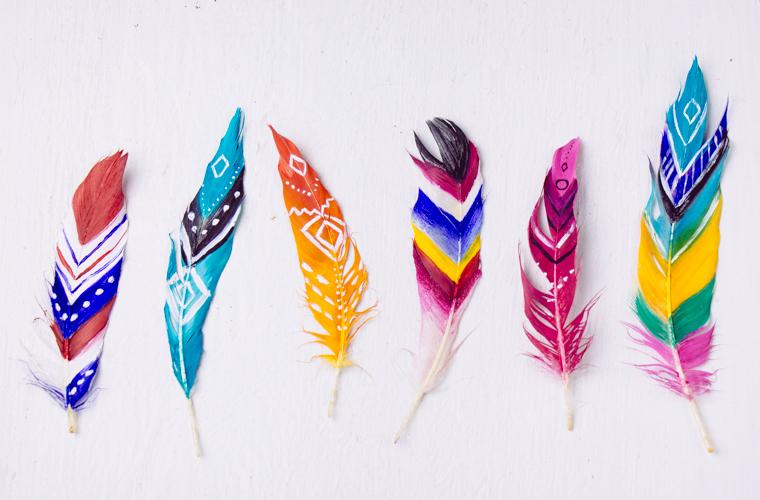 peinture sur plumes, motifs tribal, amérindiens, idée activité créative facile, que faire quand on s ennuie, bricolage été